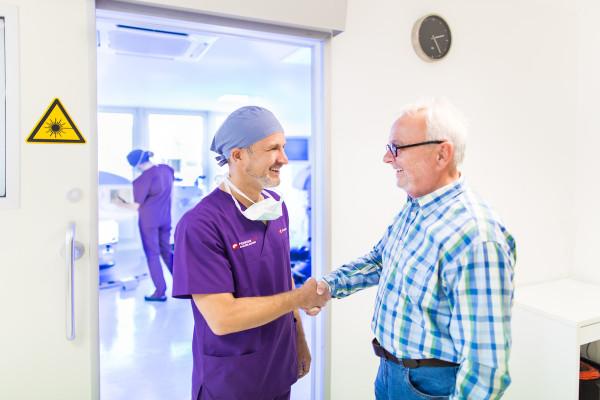 Dr. Klabe begrüßt seinen Patienten vor der Operation.