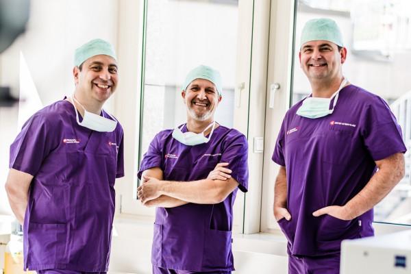Dr. Kaymak, Dr. Klabe und Dr. Breyer in OP-Kleidung im Operationssaal.