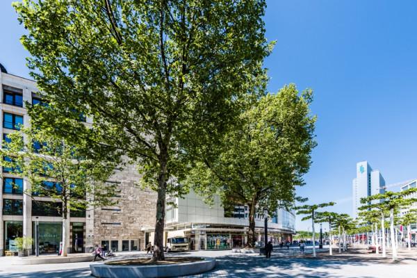 Blick vom Martin-Luther-Platz auf die Rückseite der Schadow Arkaden. Rechts neben Habitat befindet sich der Eingang zu unserer Augenarztpraxis.